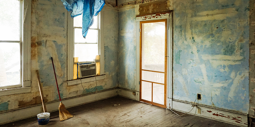 Older, beat up interior of a house ready for house flippers to start work.