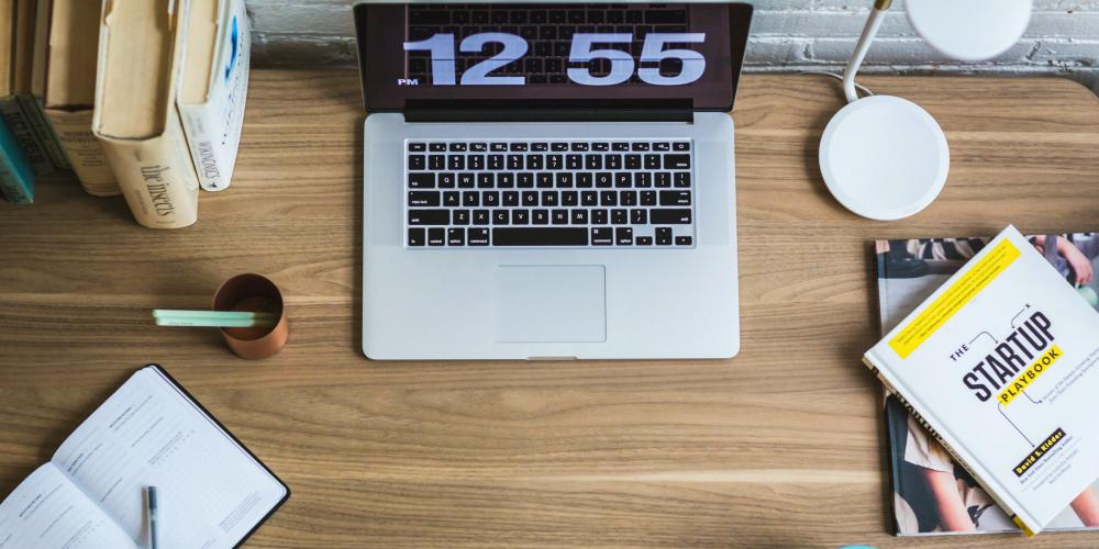 desk-laptop-freelancer